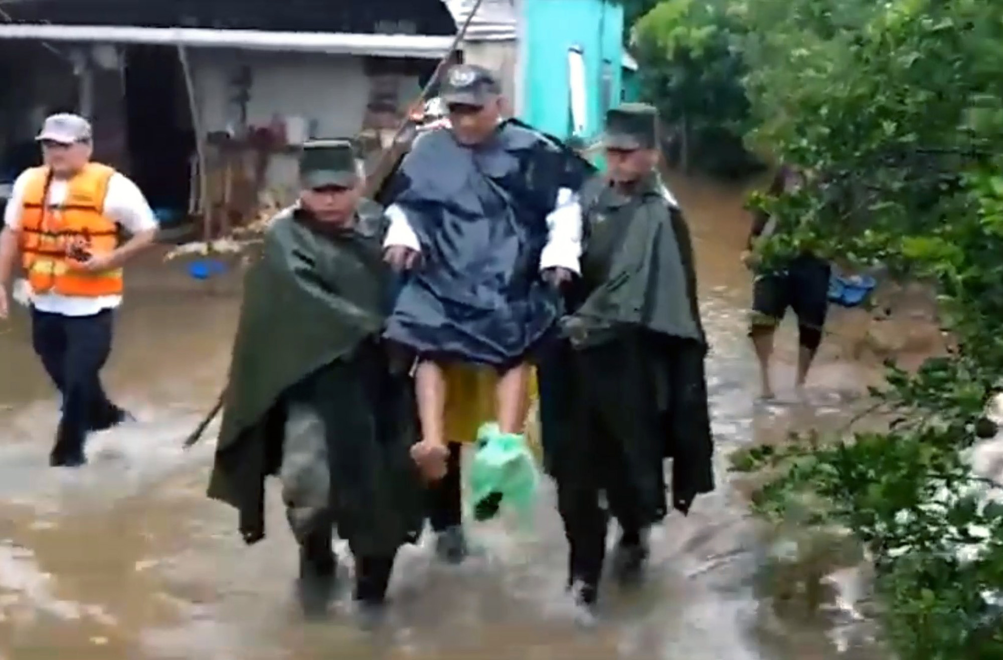 Mexican Soldiers Help Out in Aftermath of Hurricane Delta
