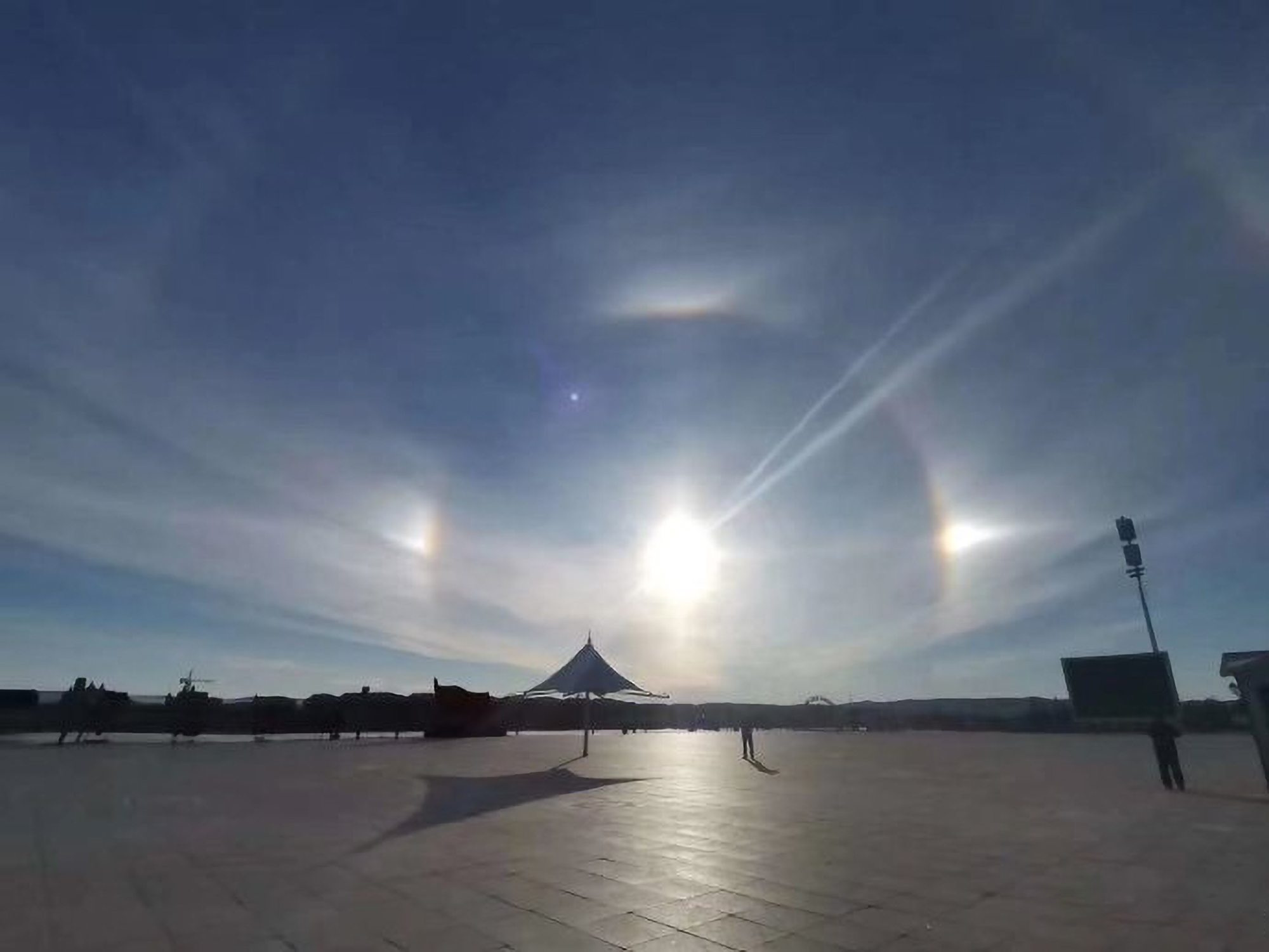 Natural Phenomenon Featuring Triple Suns Appears Over Chinese City