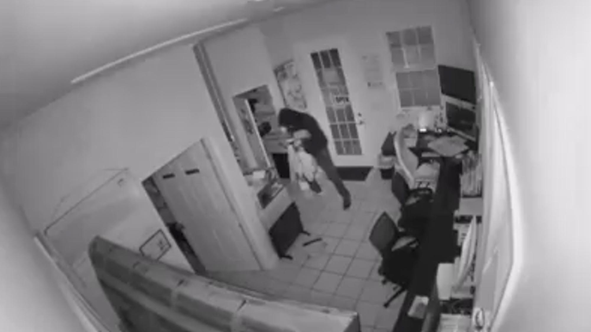 Arsonist Burglar Sets Himself and Loot Ablaze