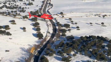F) Moment the helicopter leaves food to feed animals isolated by snow. (@112cmadrid . Newsflash)
