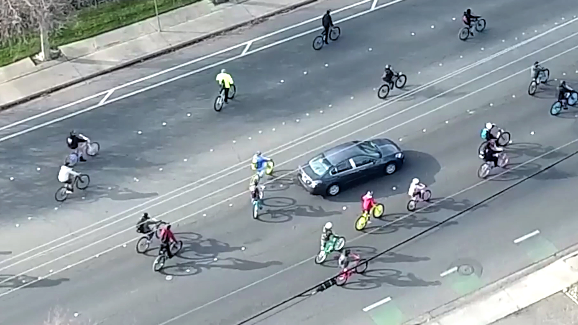 VIDEO: Lawless Cyclists Ignore Cops on Mass Ride Through City