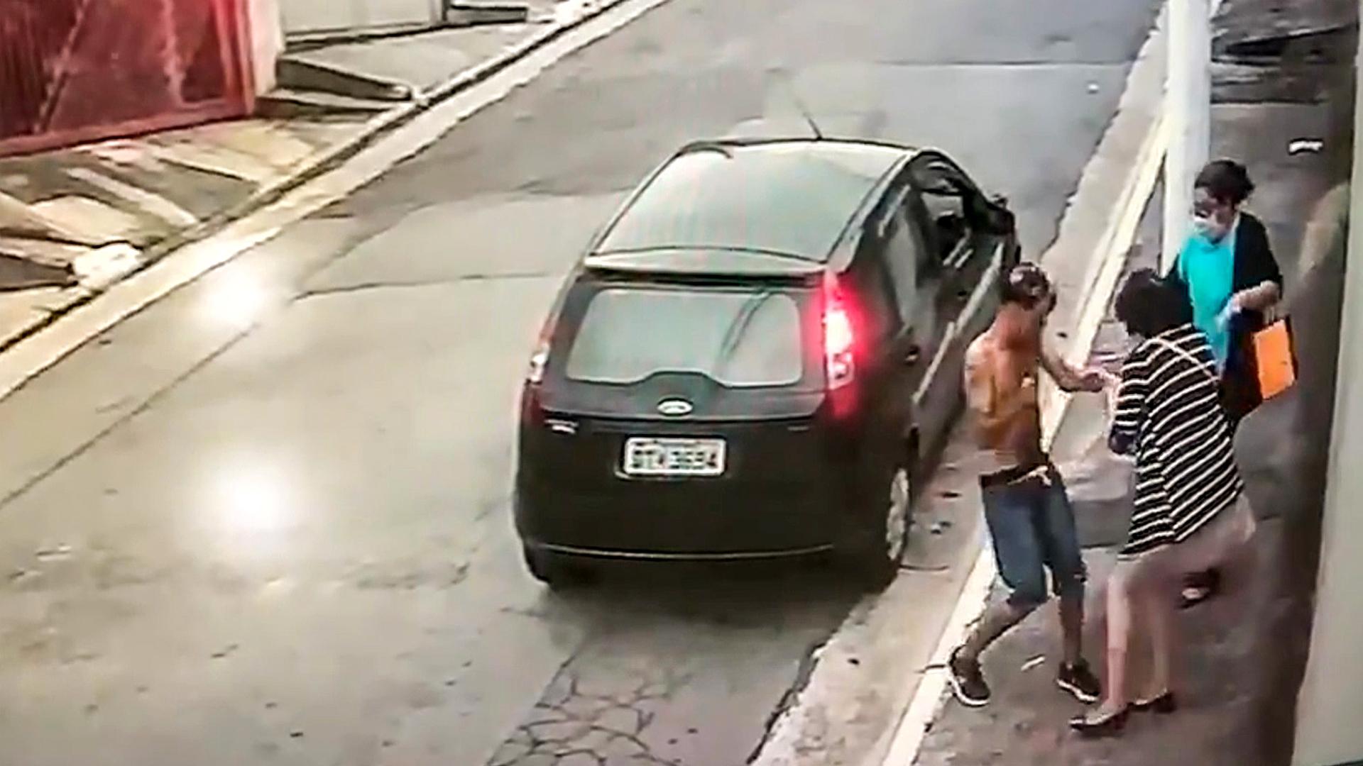 VIDEO: Hopeless Bag Snatcher Beaten Up by Two Women