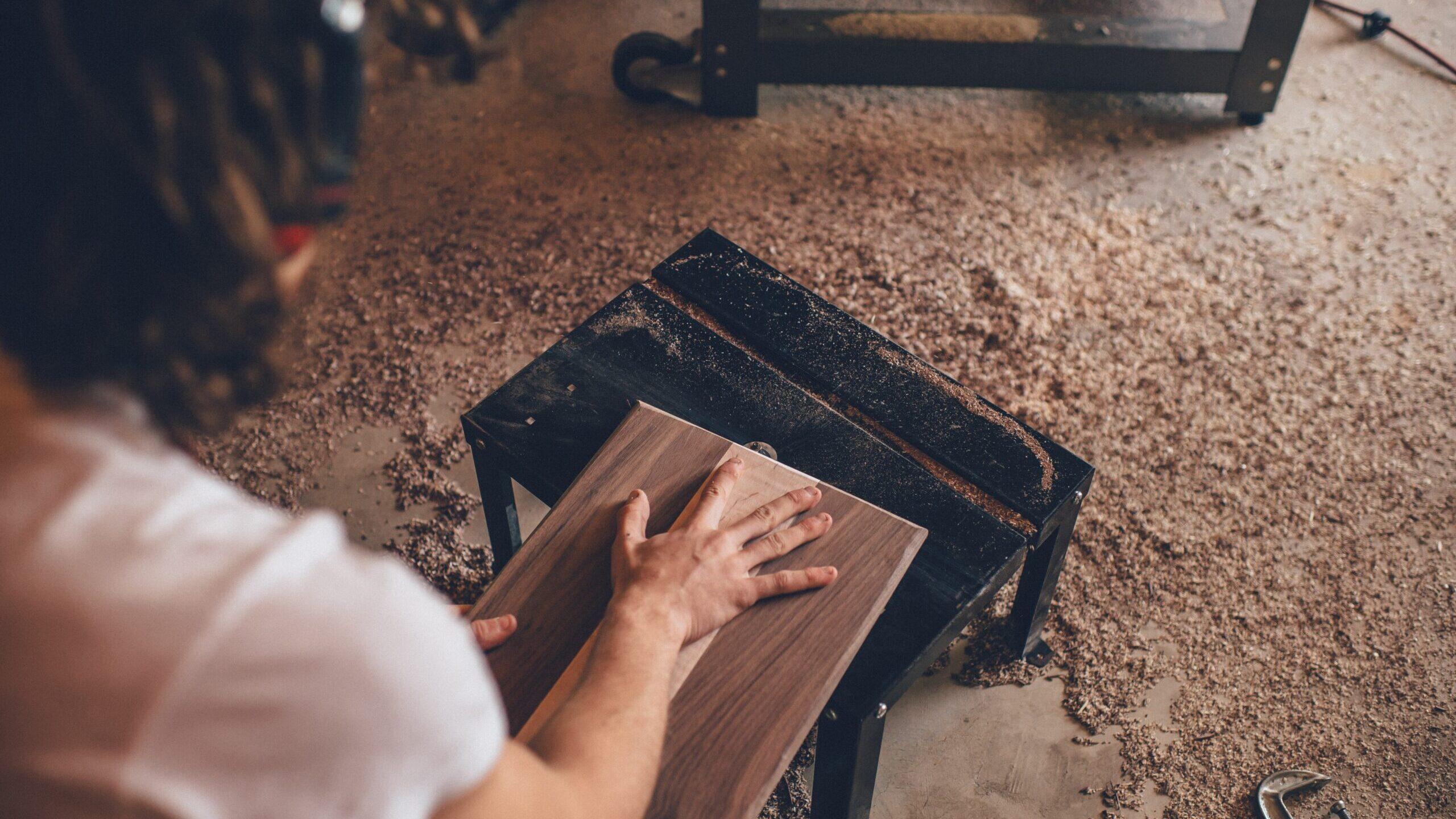 Carpinteros se adaptan a los tiempos sin perder su arte