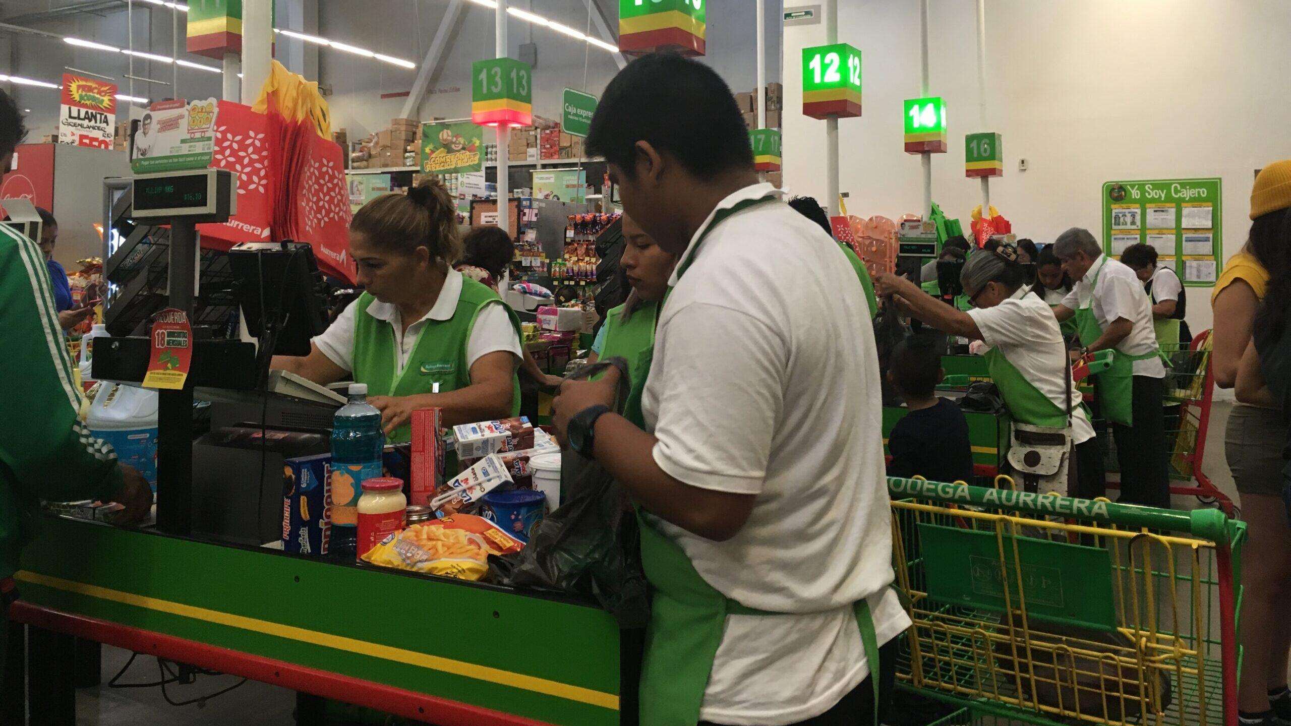 Bolsas vacías: adultos mayores empacadores se quedan sin trabajo