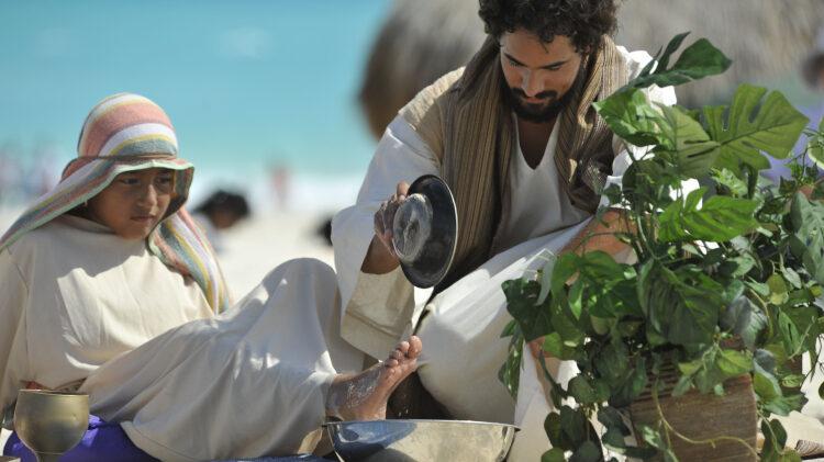 Se lavan los pies de otros en Semana Santa