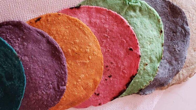 Mexicanos reflejan su alegría en tortillas de colores
