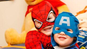 Una de las formas en que los niños celebran su día es disfrazarse de sus super héroes favoritos. Este año, pueden presumir sus trajes en línea. (Steven Libralon/Unsplash)