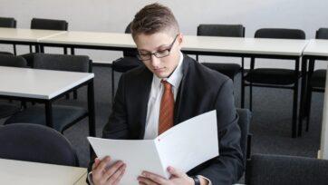 La decisión de qué carrera estudiar se toma a los 17 o 18 años, y hay factores prácticos a considerar. (Sebastian Herrmann/Unsplash)