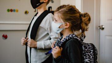 Los niños tendrán que volver a las aulas de clases, a pesar de que la población no esta aun vacunada contra el COVID-19. (Kelly Sikkema/Unsplash)