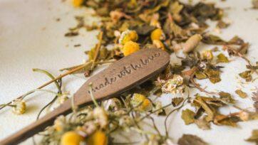 """El nombre científico de la manzanilla es """"Matricaria recutita"""" y en inglés se conoce como 'chamomile'. (Nia Ramirez/Unsplash)"""