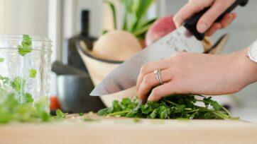 El acto de preparar los alimentos puede tener un efecto relajante, sobre todo en quienes padecen de depresión. (Alyson McPhee/Unsplash)