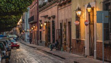 Los 'franeleros' se dedican a ayudar a la gente a estacionarse en la calle, y cuidan los coches. (Arturo Ruiz./Unsplash)