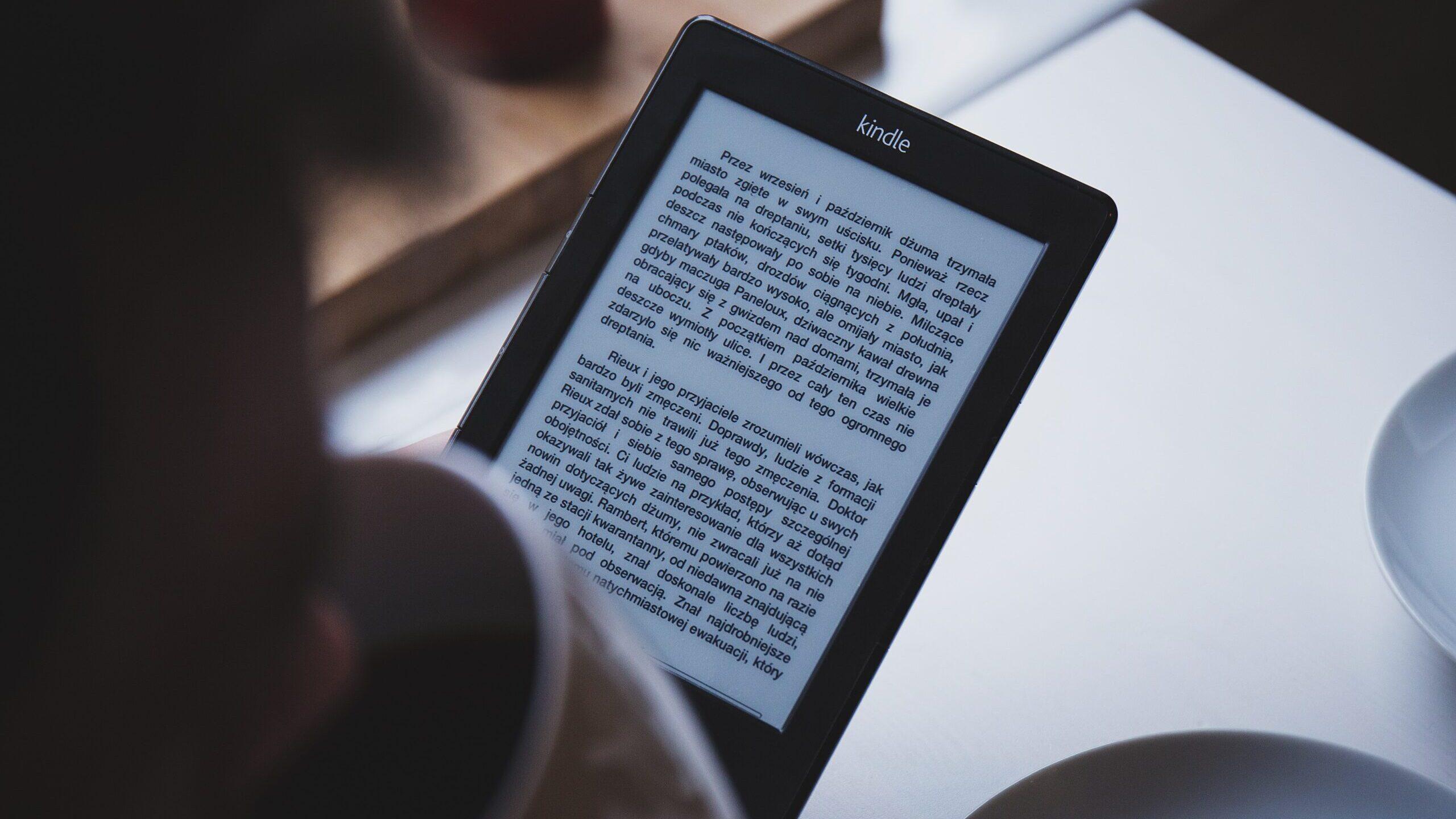 Debate entre libros físicos y pantallas menos importante que la falta de lectura