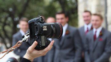 El fotógrafo, quien también debe saber hacer videos, es un aspecto importante de las bodas para que los recuerdos se disfruten. (Aubrey Hicks /Unsplash)