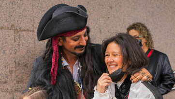 Juan Alberto, also known as the Jack Sparrow of Vigo, and his girlfriend Maria Salinas, a teacher, planned to get married on April 24, 2021. With the couple are their two children. (Eva Garcia/Real Press)