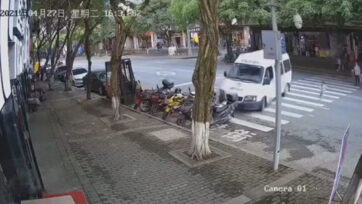 A three-year-old girl nearly hit by van when crossing the street in Wulong, China. (CQJXJ/AsiaWire)
