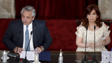 Cristina Fernández (derecha), expresidenta y ahora vicepresidenta de Argentina, impulsó a Alberto Fernández (izquierda) como candidato y líder del Frente de Todos, una coalición del peronismo que incluye sectores conservadores y kirchneristas. (Natacha Pisarenko/ Pool/Getty Images)