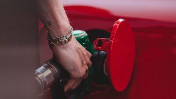 Cada vez es más difícil cargar gasolina por el precio en aumento. (Wassim Chouak/Unsplash)