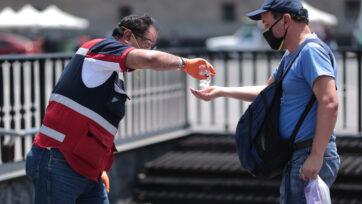 La Cruz Roja Mexicana participó en la divulgación de medidas de seguridad ante el COVID-19. (Hector Vivas/Getty Images)
