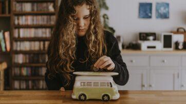 Los niños pueden aprender el hábito del ahorro, por lo general al observar a sus padres. (Annie Spratt/Unsplash)