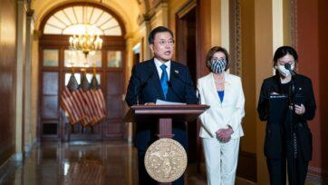 El presidente de Corea del Sur, Moon Jae-in, habla frente a las oficinas de la presidenta de la Cámara de Representantes, Nancy P. Pelosi, en Washington, D.C., el 20 de mayo. (Jabin Botsford-Pool/Getty Images)