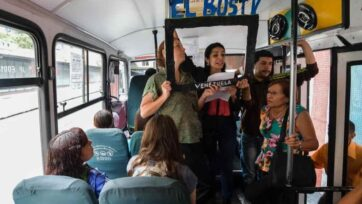 Los periodistas de 'El Bus TV' comparten información en los autobuses, así como en las casas de los barrios. (La Silla Rota)