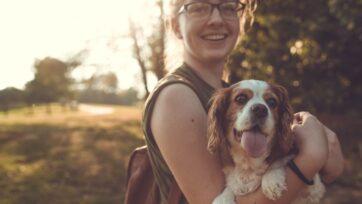 Muchas personas consideran que las mascotas son miembros de la familia. Hay que darles cuidados para que no se enfermen. (Sam Manns/Unsplash)