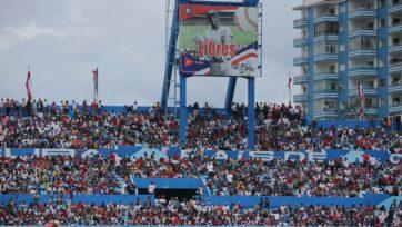 El béisbol suele ser un lugar para que los cubanos expresen ideas políticas. El entonces presidente estadounidense Barack H. Obama asistió a un partido en La Habana el 22 de marzo de 2016, junto con Raúl Castro, entonces presidente de Cuba, como un gesto de acercamiento. (Chip Somodevilla/Getty Images)