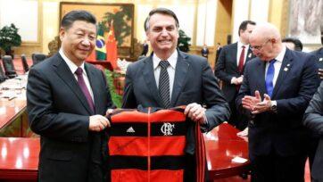 El presidente brasileño Jair Bosonaro regala al premier chino Li Kegiang una chamarra en Beijing, China, antes de que se desatara la pandemia. China ha invertido todavía más en América del Sur desde que COVID-19 afectara al mundo entero. (Yukie Nishizawa/Pool/Getty Images)