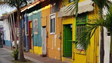 El color de las casas en el barrio es un reflejo de la alegría de la gente que habita aquí. (Carlos Ramírez/Café Words)