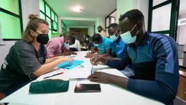 Jóvenes africanos emigrados aprenden español en Jerez de la Frontera, España. (Alfonso Beato)