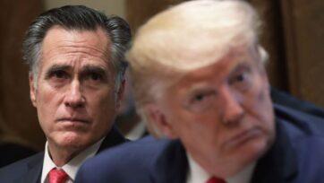 El senador Mitt Romney (republicano por Utah) y el entonces presidente Donald J. Trump asisten a una sesión informativa sobre políticas públicas en la Sala del Gabinete de la Casa Blanca en Washington, D.C., en noviembre de 2019. (Alex Wong/Getty Images)