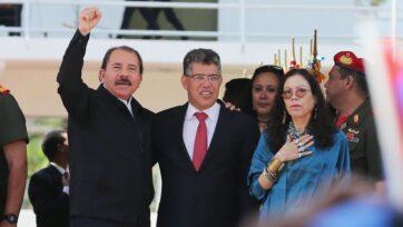 El presidente de Nicaragua, Daniel Ortega (izquierda) y su esposa Rosario Murillo (derecha), con el entonces exministro del exterior venezolano Elías Jaua (al centro, más tarde fue vicepresidente), asistieron al funeral para el presidente venezolano Hugo Chávez, en marzo de 2013. Las lealtades del nicaragüense miembro del Frente Sandinista de Liberación Nacional (FSLN) se han alienado con las del chavismo en Venezuela. (Mario Tama/Getty Images)