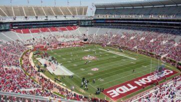 El estadio Bryant Denny, en Tuscaloosa, Alabama, donde juega el equipo Crimson Tide de la Universidad de Alabama. Este podría beneficiarse del fallo histórico de la Corte Suprema de Estados Unidos, según el cual la NCAA ya no puede limitar la compensación de jugadores. (Brayden George/Unsplash)