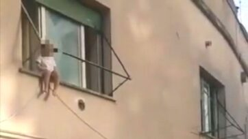 Police officers rescued a 2-year-old girl who was sitting on a window sill in Rome, Italy. (@poliziadistato.it/Zenger News)
