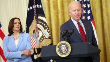 El presidente Joe Biden, acompañado por la vicepresidenta Kamala Harris, anuncia el acuerdo de infraestructura bipartidista del senado en la Casa Blanca, diciendo que ambas partes cedieron en el proyecto de ley de casi 1 billón de dólares. (Kevin Dietsch/Getty Images).