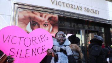 Manifestantes que acusaban a Victoria's Secret de permitir una cultura de misoginia y acoso sexual pusieron sus pancartas en la tienda de Manhattan el 14 de febrero de 2020. Ahora, un informe dice que la marca no está alcanzando estándares de equidad de género. (Spencer Platt/Getty Images).
