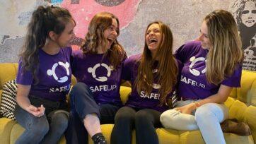 Neta Shreiber Gamliel, cofundadora y directora ejecutiva de SafeUP (izquierda), con algunas empleadas y voluntarias de la startup. (Cortesía de SafeUP).