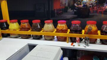 Los colores de los saborizantes llaman a la gente a acercarse a los puestos de raspados para refrescarse en temporada de calor. (Charlie Ramírez/Café Words)