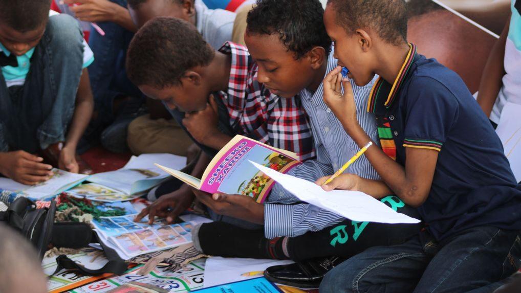 Estudio echa abajo mito: a los niños varones sí les gusta leer ficción