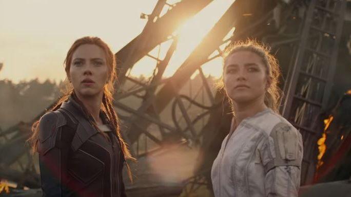 """Palomitas de maíz con Zenger: Florence Pugh le roba escena a Scarlett Johansson en """"Viuda negra""""."""