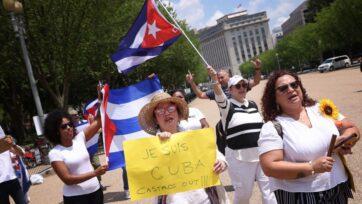 Estadounidenses de procedencia cubana marchan frente a la Casa Blanca, en Washington, DC, para mostrar su apoyo por las manifestaciones en Cuba, el 12 de julio. (Win McNamee/Getty Images)