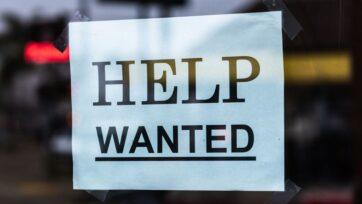 Los empleadores enfrentan dificultades para contratar a personal ahora que muchas cosas se abren nuevamente. (Tim Mossholder/Unsplash)