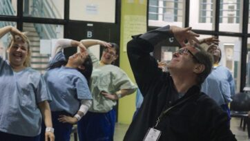Tom Demenkoff trabaja en cárceles, llevando el arte. (Cortesía Tom Demenkoff)