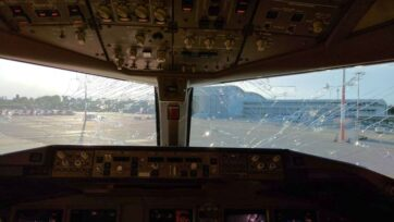 A hailstorm shattered the windshield of the Emirates Boeing 777 on its way from Italy to New York. (Vola Milano Malpensa/Zenger)