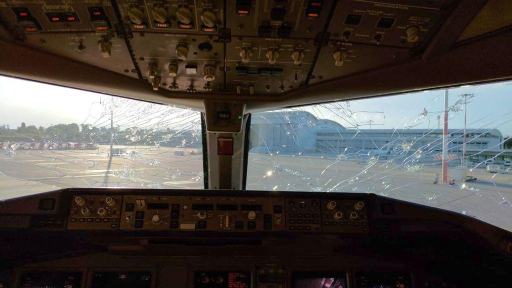 Momentos de terror en un avión cuando granizo gigante rompe ventana de la cabina