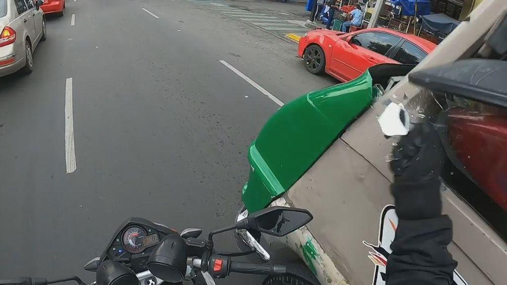 VIDEO: Motociclista enojado golpea retrovisor de autobús después de casi ser embestido contra taxi