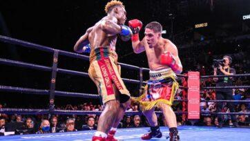 Brian Castaño (derecha) presionó a Jermell Charlo durante la pelea de unificación de los 70 kilos del sábado, y dominó el combate cuando la acción se mantuvo cerca de las cuerdas. Sin embargo, la decisión dividida tras los 12 asaltos dejó tanto a los fans como a los analistas clamando la revancha. (Leo Wilson Jr./strongPremier Boxing Champions/strong)