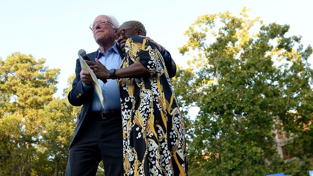 <p>El senador Bernie Sanders (candidato independiente por Vermont) y su copresidenta de campaña Nina Turner se abrazan durante un evento de campaña en septiembre de 2019. Turner esactualmente candidata para el escaño vacante en la cámara de representantes por el undécimo distrito de Ohio. (Sara D. Davis/Getty Images)</p>