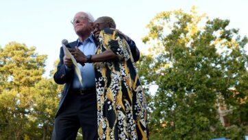 El senador Bernie Sanders (candidato independiente por Vermont) y su copresidenta de campaña Nina Turner se abrazan durante un evento de campaña en septiembre de 2019. Turner esactualmente candidata para el escaño vacante en la cámara de representantes por el undécimo distrito de Ohio. (Sara D. Davis/Getty Images)